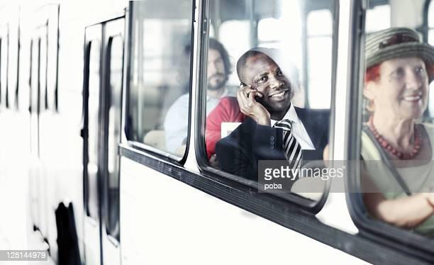 Geschäftsmann auf dem Weg zur Arbeit von city bus