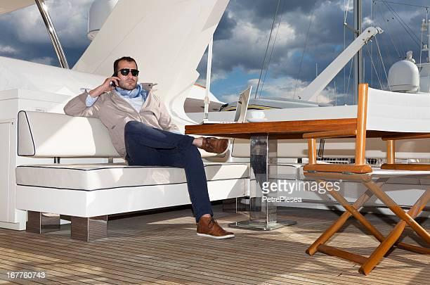 Geschäftsmann auf der yacht entspannen. Unterhaltung. laptop benutzen.