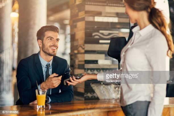 Homme d'affaires, paiement via téléphone intelligent