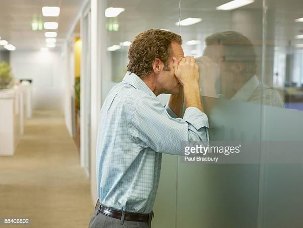 Uomo d'affari in una sala conferenze Sbirciare