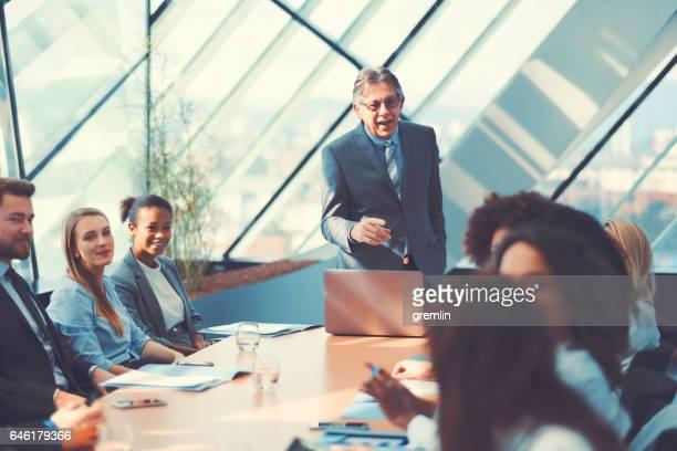 Geschäftsmann Menschen im Büro treffen