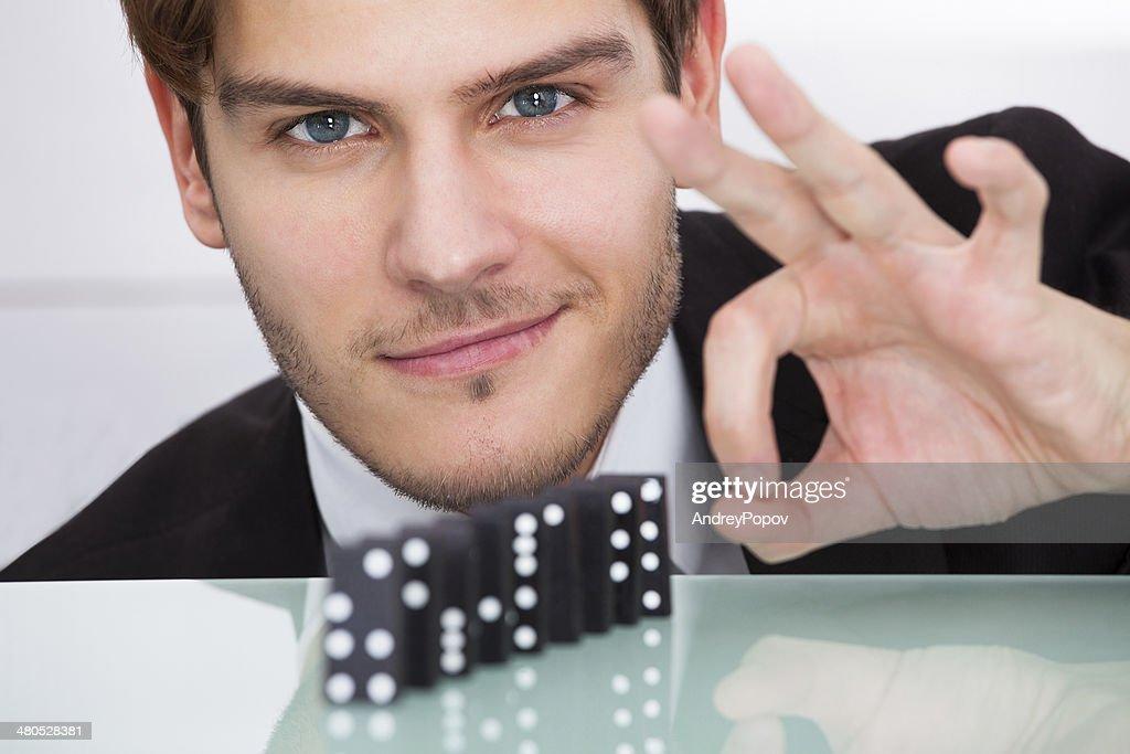 Geschäftsmann spielen Domino : Stock-Foto