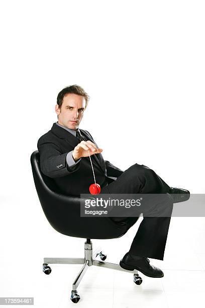 Homme d'affaires jouant avec yoyo