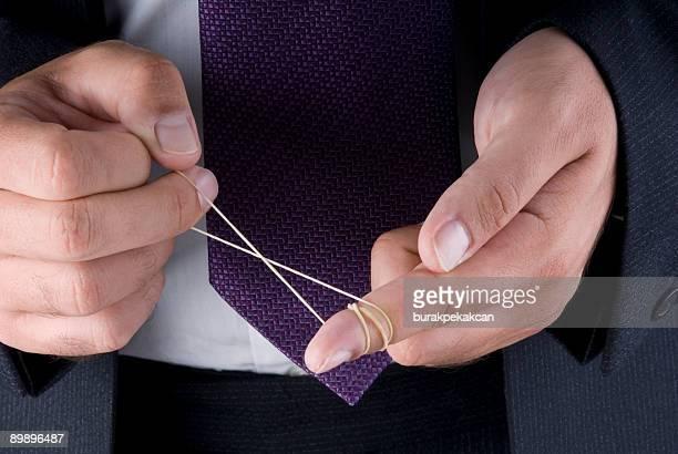 Geschäftsmann spielt mit Gummi in seiner hand