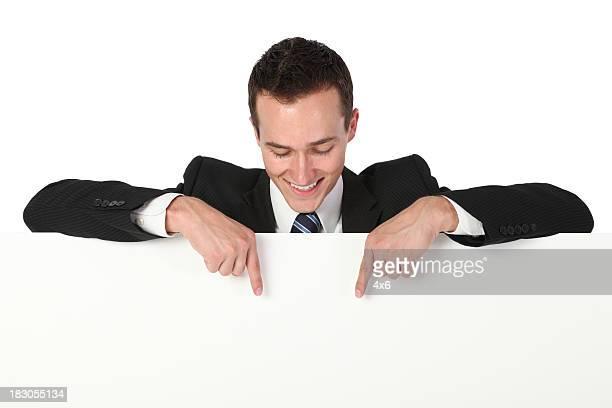 Geschäftsmann zeigt auf eine Transparent