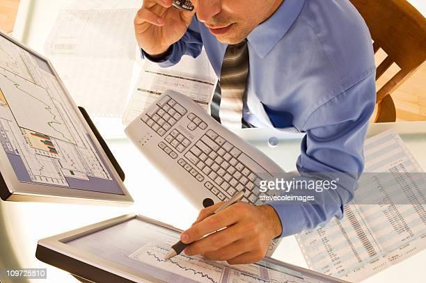 Geschäftsmann zeigt auf Computer Montitor