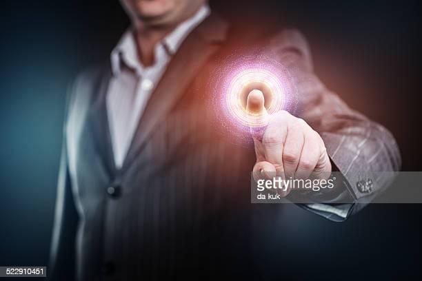 、未来的なボタンを押すと実業家