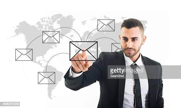 Geschäftsmann Schieben eine Schaltfläche zum Senden von E-Mails Rund um die Welt