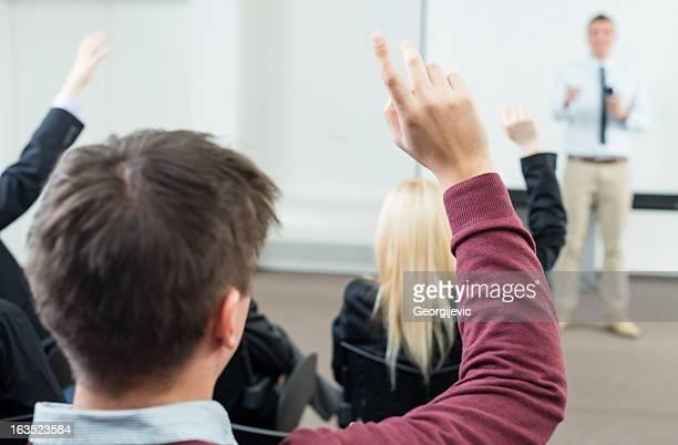 Homme d'affaires donnant la main pour poser Question de réunion