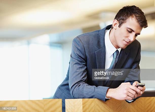 Geschäftsmann Lesen einer SMS-Nachricht auf cellphone
