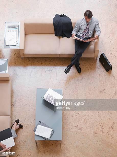 Geschäftsmann liest Zeitung in der lobby
