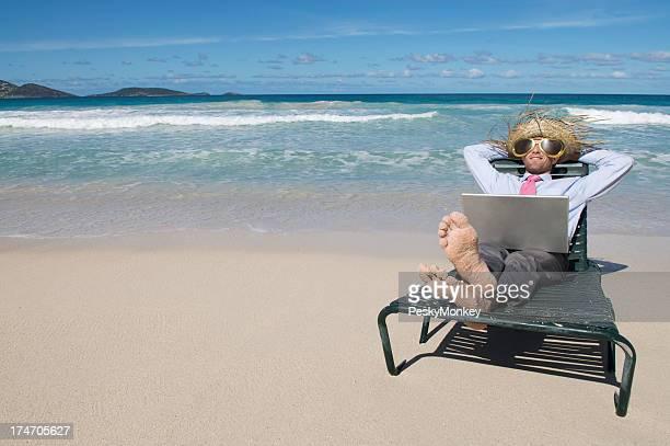 Geschäftsmann Entspannung am Strand mit Laptop