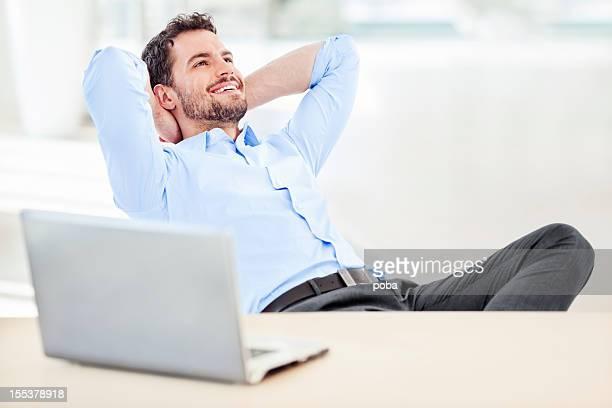 Empresário relaxante na Cadeira de Braços