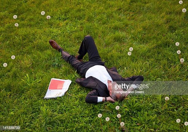 Empresario relajante en el parque