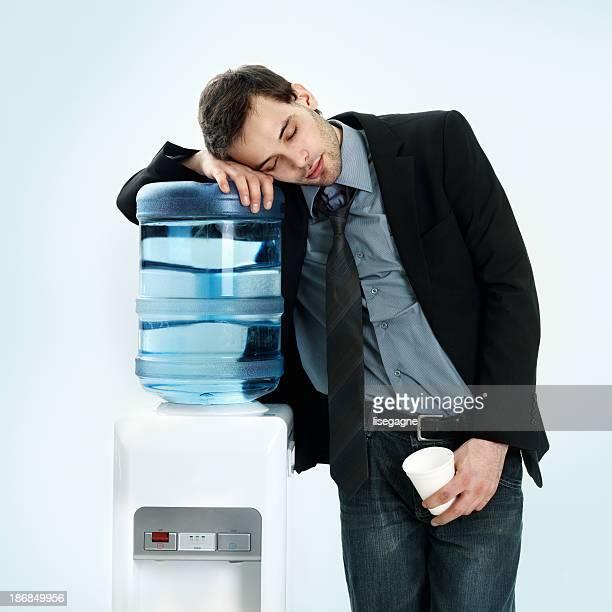 Homme d'affaires reposant sur l'eau fraîche