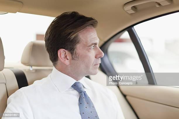 Geschäftsmann Reiten im Rücksitz des Autos