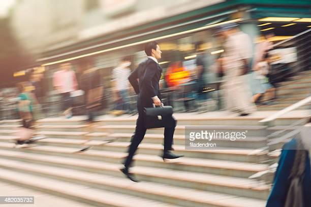 Ejecutivo corriendo en la calle