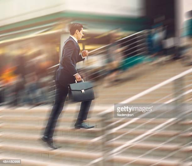 Homme d'affaires qui courre