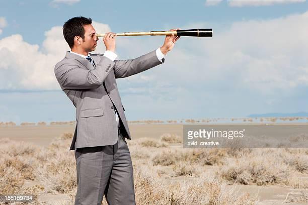 Hombre buscando en el desierto con telescópica