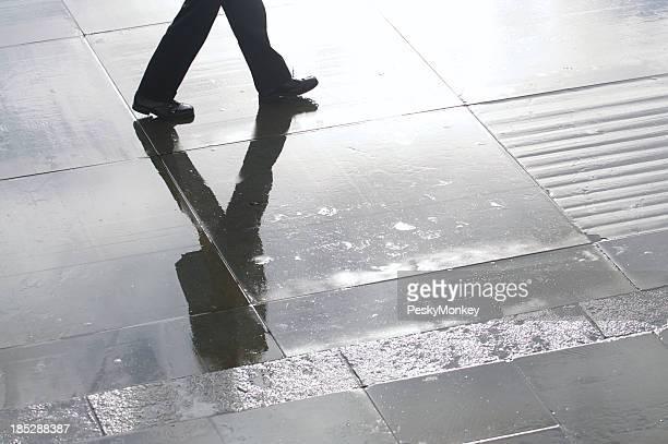 Un homme d'affaires de Boxer reflète le Wet Stone Plaza