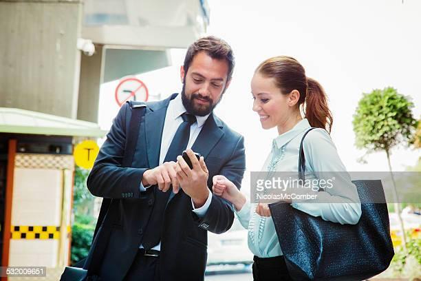 ビジネスマンはメディアに女性の携帯電話でお仕事仲間との