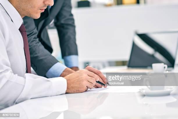 Geschäftsmann, die Unterzeichnung eines Dokuments.