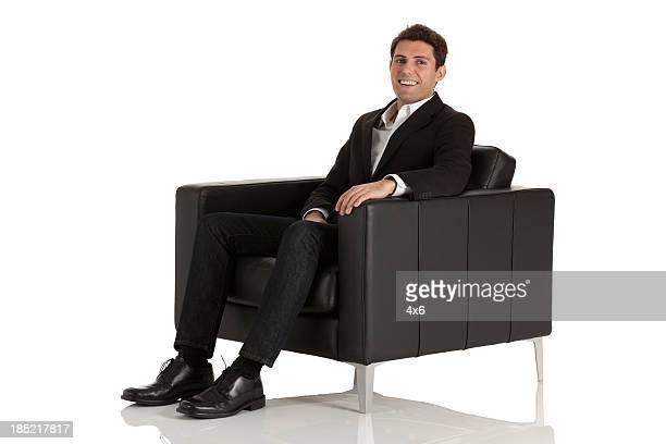 Homme d'affaires assis dans une amrchair