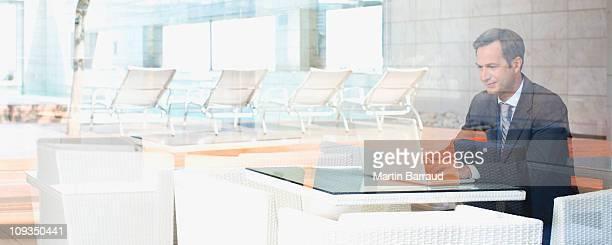 Uomo d'affari seduto nella hall dell'hotel in attesa