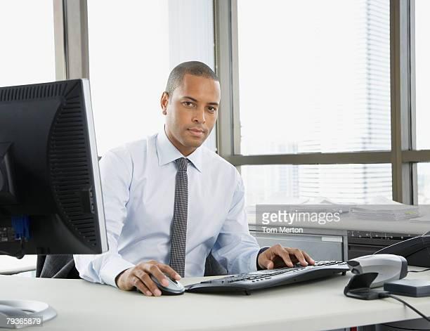 Homme d'affaires assis dans le bureau Regardant l'objectif