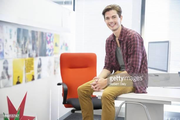 Geschäftsmann, sitzen am Schreibtisch in Büro