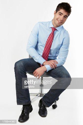 チェアに座っているビジネスマンオフィス笑顔