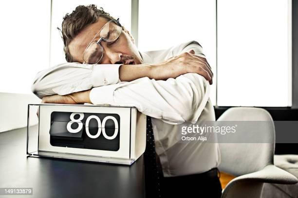 ビジネスマンオフィスで眠る