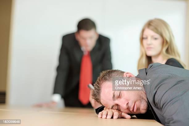 Geschäftsmann schläft im Meetingraum