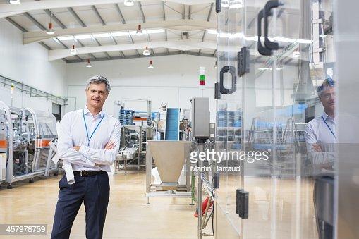Empresario sonriendo en fábrica