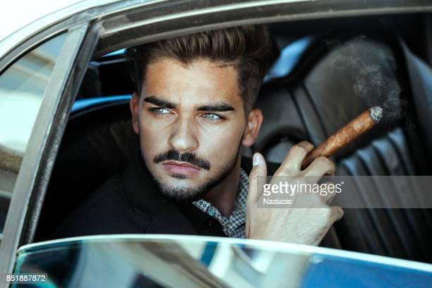 Cigare fumer homme d'affaires en limousine