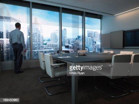 ビジネスマンに位置し、街を一望する舷窓を備えたコンファレンスルーム : ストックフォト
