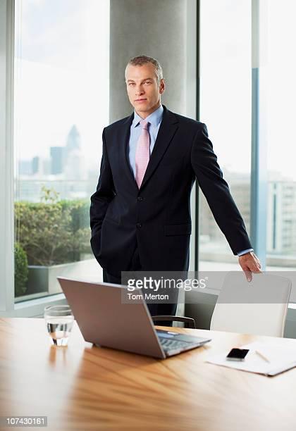 Homme d'affaires debout au bureau de travail