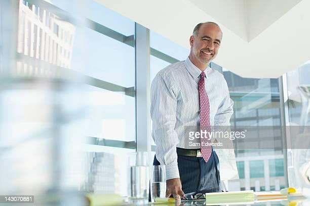 Geschäftsmann, stehen in Konferenzraum