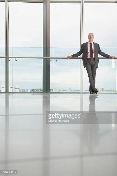 Geschäftsmann, stehen in modernen lobby