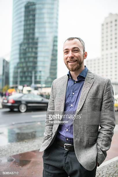 Geschäftsmann, der auf der Straße von berlin
