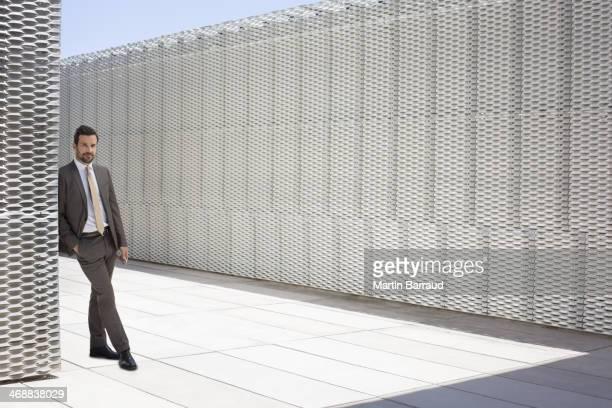 Geschäftsmann, stehend im Freien