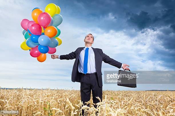 Nachdenklich Geschäftsmann stehend auf dem wheatfield