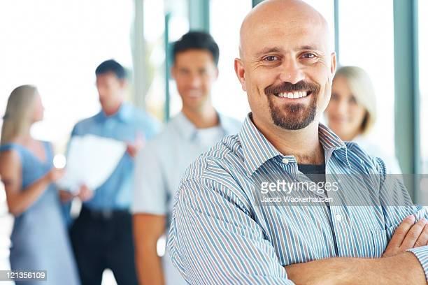 Homme d'affaires debout à son équipe de l'élite d'affaires dans l'arrière-plan
