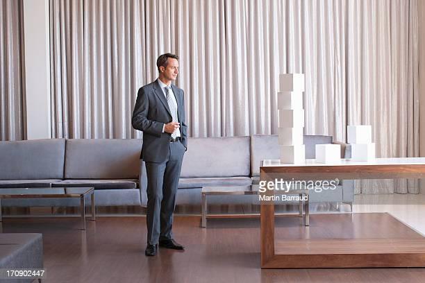 Homme d'affaires debout avec une pile de cubes dans le hall de l'hôtel