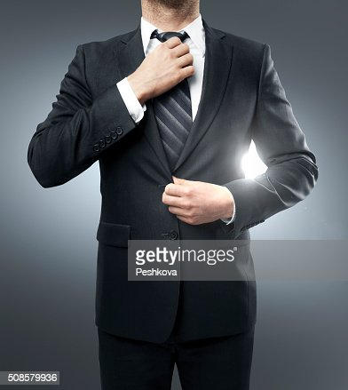 Geschäftsmann, seine Krawatte straightens : Stock-Foto