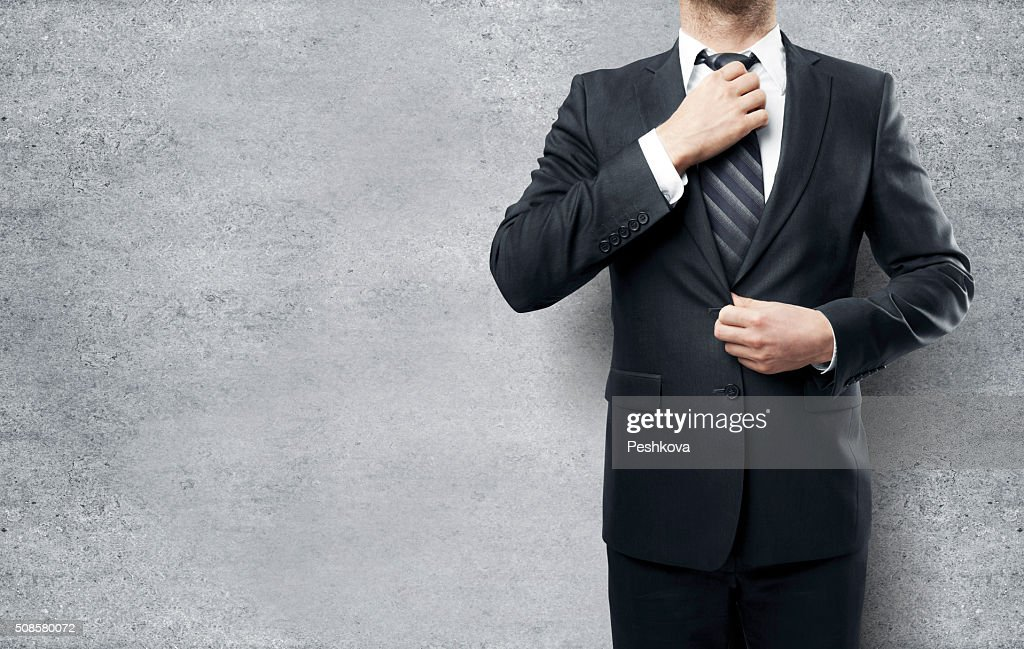 Businessman straightens his tie : Stockfoto
