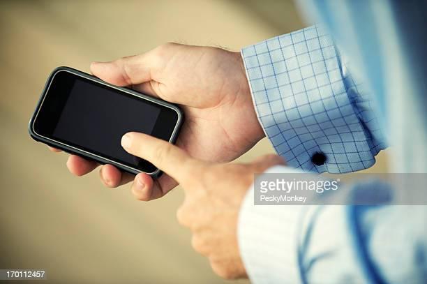 Geschäftsmann Striche Finger auf Touchscreen-Smartphone