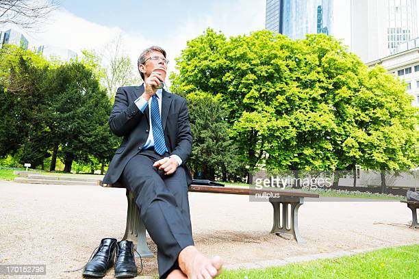 Uomo d'affari prendendo una pausa