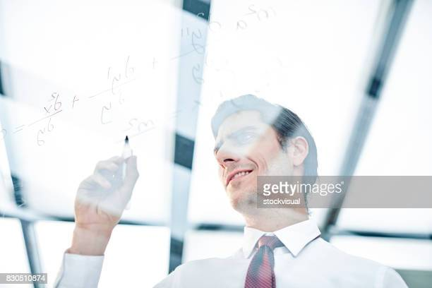 Geschäftsmann, Notizen auf Glasplatte