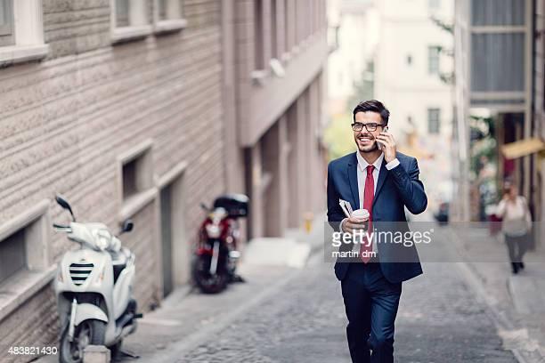 Uomo d'affari parlando al telefono all'aperto